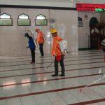 Sebelum Salat Jumat, PMI Kabupaten Mojokerto Semprot Masjid dengan Disinfektan