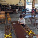 Sebuah Warung Kopi di Mojokerto Pasang Tulisan 'Sementara Kita Jaga Jarak Dulu Ya Gaes'