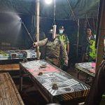Usai Bubarkan Kerumunan Warga, Polisi Semprot Cairan Disinfektan