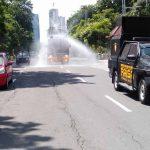 Jalankan Instruksi Kapolri, Polda Jatim Semprot Disinfektan di Jalanan Surabaya