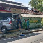 Mobil Tabrak Bocah Lalu Hantam Ruko Penjahit di Nganjuk, 6 Orang Terluka