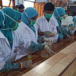 Pelajar di Sidoarjo Buat Sendiri Hand Sanitizer, Dibagikan ke Ratusan Masjid