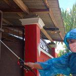 Warga di Jember Swadaya Semprot Disinfektan di Perumahan