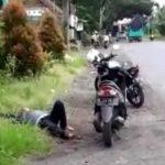 Heboh, Pengendara Sepeda Motor di Situbondo Mendadak Turun dan Berguling-guling