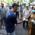 Perangi Covid-19, Bupati Mundjidah Serahkan Tandon Air di Pasar Pon Jombang