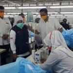 Kunjungi Pabrik Garmen di Kota Probolinggo, Khofifah Minta Kuota APD