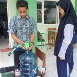 Siswa SMK di Jember Rakit Galon Air Mineral dan Selang Jadi Pencuci Tangan Otomatis