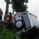 Tabrakan dengan Motor CB di Nganjuk, Mobil Escudo Terjun ke Parit