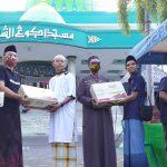 Berkah Ramadan, Jurnalis Center Pamekasan Berbagi Kurma di Masjid Agung Asy-Syuhada