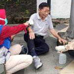 Bukan Karena Corona, Kakek Ini Tak Mampu Berdiri Karena Terbentur Trotoar di Surabaya