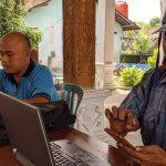 Guru Honorer di Mojokerto ini Sampai Harus Numpang Internet di Balai Desa