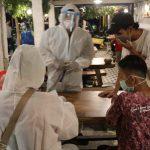 Malam 3 Ramadan, Aparat Gabungan Gelar Rapid Test Pengunjung Warkop Gresik