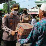 Bakti Sosial, Polres Blitar Bersama Plt Walikota Blitar Serahkan Bantuan Ke Warga