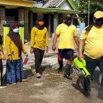 Tangkal Covid-19, Politisi Golkar Jombang Semprot Disinfektan dan Bagi Masker