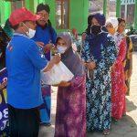 Alumni SPG Negeri Nganjuk 83 Bagikan Ratusan Sembako ke Warga