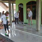 Jelang Ramadan, Srikandi BHS Lovers Bersihkan Musala di Sidoarjo