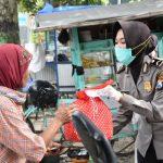 Covid-19, Polres Trenggalek Bagikan Masker dan Paket Sembako Gratis