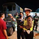 Cegah Pemudik, Petugas Gabungan Lakukan Penyekatan Kendaraan di Perbatasan Situbondo