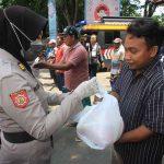 Ratusan PKL dan Tukang Becak Ketiban Rezeki dari Polres Probolinggo Kota