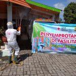 Kolaborasi PWI, IJTI dan PMI Jember Semprot Disinfektan di 5 Titik Keramaian