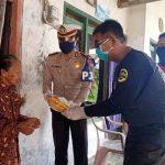 Terima Sembako dari PJR Ditlantas, Warga Terdampak Corona di Pamekasan Sumringah