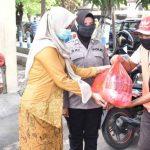 Hari Kartini, Polwan di Pasuruan Kompak Pakai Kebaya Bagikan Sembako