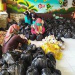 Pemdes Sekapuk Gresik Bagi-Bagi Sembako untuk Warga Terdampak Corona