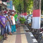 Ratusan Tukang Becak di Lumajang Terima Nasi Bungus dan Paket Beras