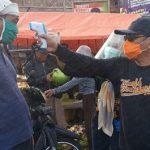 Lawan Covid-19, Wabup Bagikan Ribuan Masker di Pasar Hewan Situbondo
