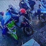 Curi Helm di Mojokerto, Seorang Perempuan Berhijab Terekam CCTV Viral di Medsos