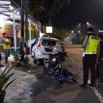 Motor Yamaha R15 Ngebut 'Cium' Pantat Ertiga Parkir di Jember