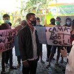 Kades dan Warga Gredek Demo di Kantor Kecamatan Duduksampeyan Gresik