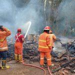 Gudang Kayu Bahan Pigura di Mojokerto Terbakar