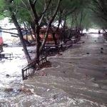 Angin dan Gelombang Pasang Terjang Pantai Serang, Belasan Warung Rusak