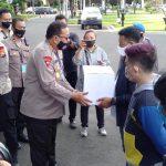 Kapolda Jatim Beri Ratusan Paket Sembako ke Berbagai Komunitas di Surabaya