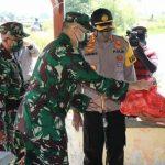 Jajaran TNI dan Polri di Sidoarjo Bagikan Sembako <em>Door to Door</em>
