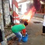Bikin Penasaran, Dua Perempuan Kabur Saat Sepeda Motornya Terbakar