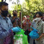 Ratusan Penyapu Jalan dan Pemungut Sampah di Kota Probolinggo Diberi Sembako