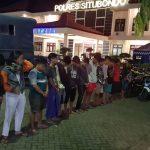 Asyik Main Perang-Perangan Kembang Api, Belasan Remaja di Situbondo Digerebek