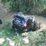 Diduga Sopir Mengantuk, Mobil Innova Terbalik Terjun ke Sungai di Nganjuk