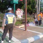 Diduga Sakit, Perempuan Tergeletak Lemas di Trotoar Kebonrojo Jombang