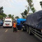 Sopir Mengantuk, Pikap Tubruk Bokong Truk Parkir di Ngawi