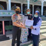 Covid-19, Polisi Bagi Sembako untuk Pengurus Masjid