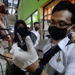 Sidak Pasar, Petugas DPKH Situbondo Temukan Daging Ayam Tak Layak Konsumsi
