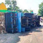 Pecah Ban, Truk Bermuatan Limbah Tripleks Terguling di Jember