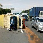 Roda Tidak Layak Pakai, Truk Boks Terguling di Tol Sidoarjo