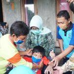 Bersama Baznas Jombang, Bupati Mundjidah Beri Kursi Roda pada Bocah Lumpuh