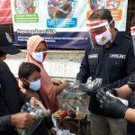 Pengunjung Pasar Kapas Krampung Surabaya Terima Masker dari Polda Jatim