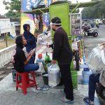 Komunitas Pemuda di Jombang Bagikan Face Shield Gratis kepada PKL