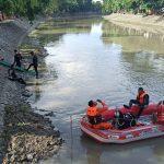 Mencari Ikan di Kali, Dua Bocah di Surabaya Terseret Arus